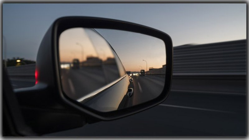 Mirror Reflection to Attract the Viewers